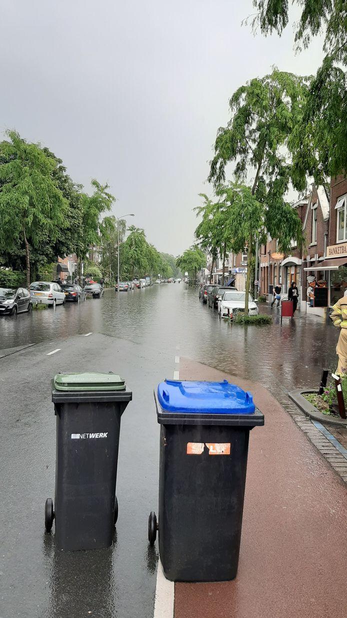 Ook de Reeweg-Oost in Dordrecht is dinsdagmiddag compleet onder water gelopen