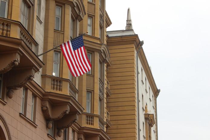 De 'Stars & Stripes' aan de gevel van de Amerikaanse ambassade in Moskou.