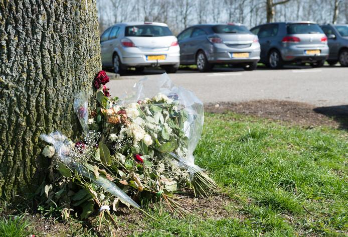 Bloemen op de carpoolplaats Vaassen, ter nagedachtenis aan Samet Merzifonluoglu.