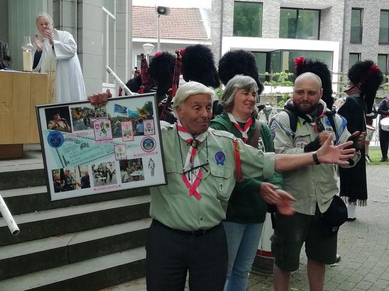 François Sanchez, met dochter en kleinzoon, is al 60 jaar verknocht aan de Grote Trek en kreeg een aandenken.