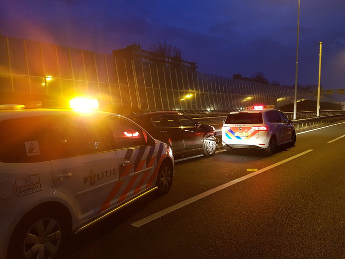 De achtervolging eindigde op de A28 ter hoogte van Leusden. Drie inzittenden werden aangehouden.