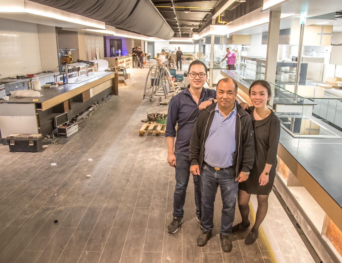 Mandy Sun met vriend Charly Cai en haar vader, die vanaf het begin betrokken is geweest bij de ontwikkeling, in de keuken van Eten & Zo. Haar ouders hebben restaurant Eten en Co in Groningen.