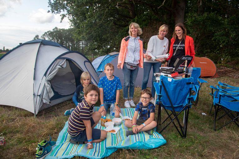 Gezellig druk op Camping Prullenbos. De families Lefevre, Van Meirhaeghe en Cuypers uit Gavere logeren er met kinderen Mads, Niels, Emiel en Jules en genieten van afhaalpizza aan de tent.