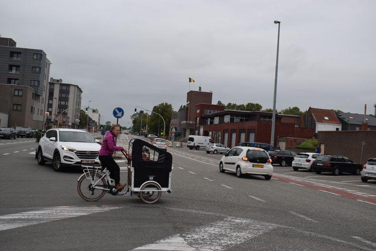 De oversteek van de R4-Oost ter hoogte van de Kerkstraat blijft elke dag een beproeving voor veel fietsers.