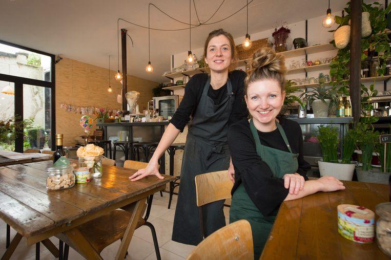 Uitbaatsters Ine Van Coillie en Nathalie Smolders in hun nieuwe zaak 'Brood en Bloemen'.