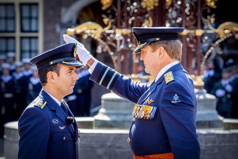 Koning Willem-Alexander en Majoor-vlieger Roy de Ruiter tijdens de uitreiking van de Militaire Willems-Orde op het Binnenhof. Beeld ANP