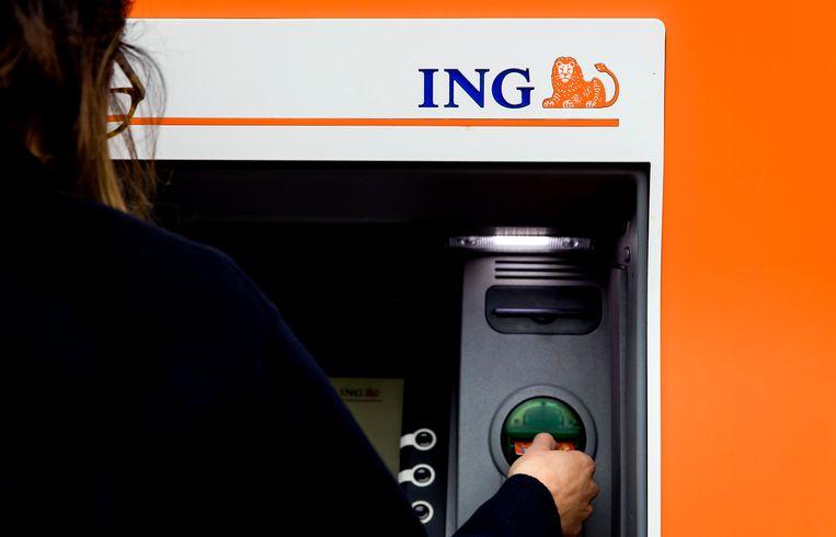 Een klant gebruikt een bankautomaat van een ING bank.