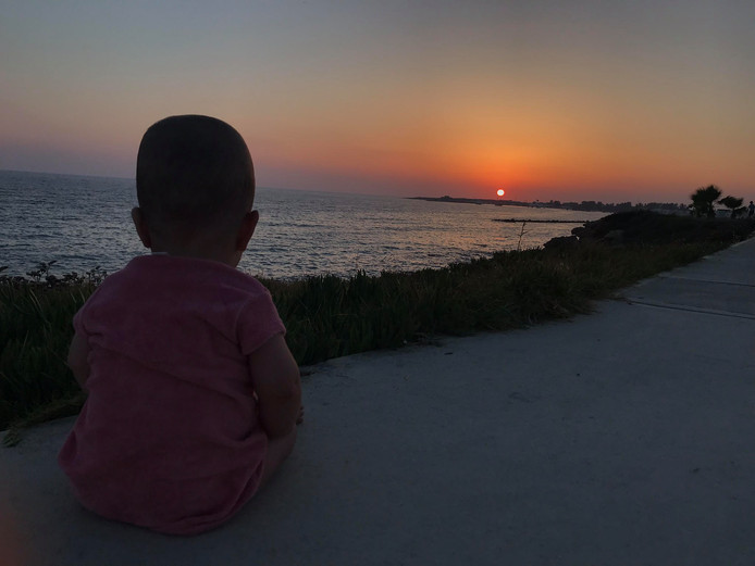 Kimora kan net zitten en maakt daar gebruik van om naar deze mooie zonsondergang in Cyprus te kijken. Nu al gevoel voor melancholie.