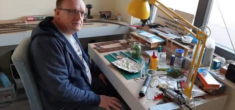 Bas uit Harderwijk maakt met omgebouwde vliegenmepper graspolletjes voor zijn modelspoor
