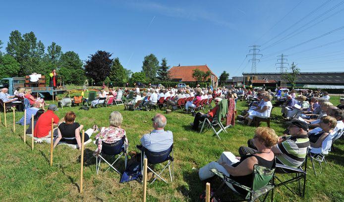 Een kerkdienst in de openlucht in Oene. De Oosterkerk in Oosterheem probeert het zondag ook.