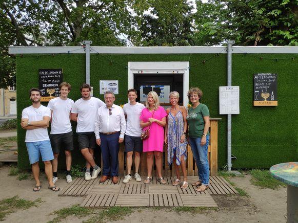 Burgemeester Dirk De fauw en enkele leden van de gemeenteraad kwamen zaterdag langs tijdens de laatste openingsdag.