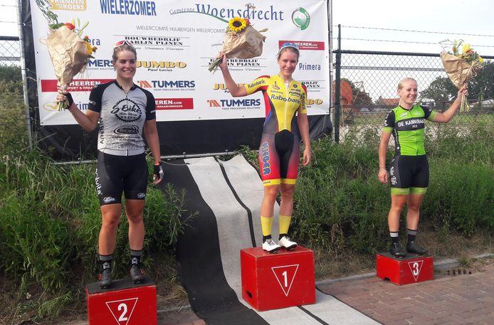 Het coronaproof podium van de Ronde van Ossendrecht. Winnares Loes Adegeest wordt geflankeerd door Arianna Pruisscher (links) en Mareille Meijerink.