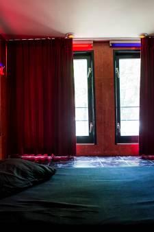 'Hij kerfde zijn naam in haar buik': man uit Zwolle in cel voor aanbieden vriendin voor seks