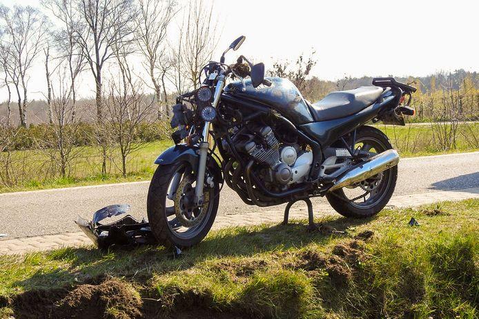 Een motorrijder is naar het ziekenhuis gebracht na een ongeluk in Veldhoven.