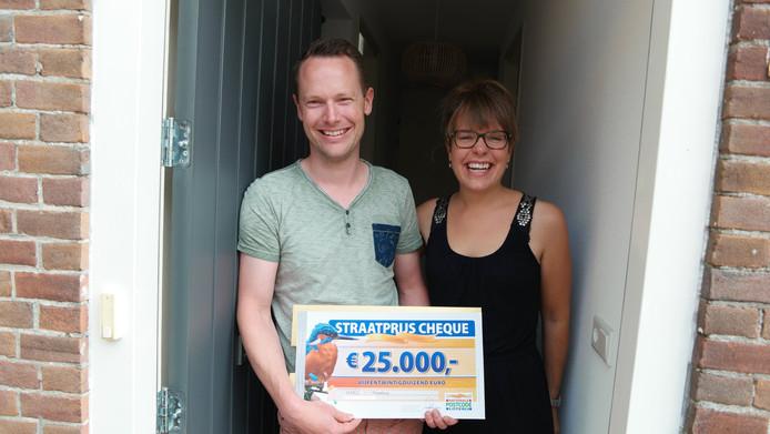 Frank met zijn gewonnen Postcode Loterij-cheque.
