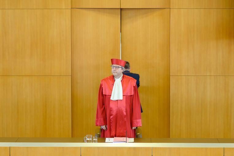De voorzitter van het Bundesverfassungsgericht, Andreas Vosskuhle, dinsdag vlak voordat hij het vonnis van het Hof uitsprak.  Beeld Sebastian Gollnow / dpa