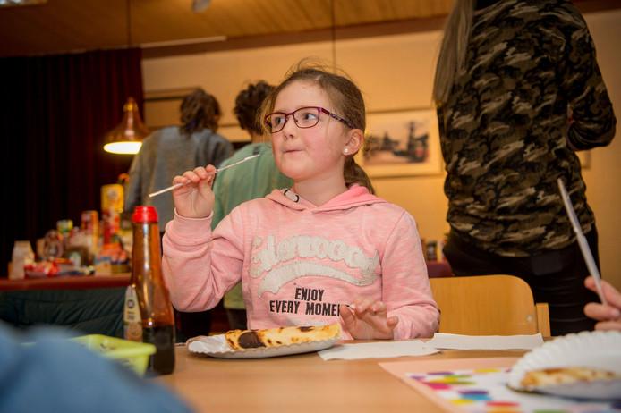 Milou Gubbels eet haar pannenkoek.