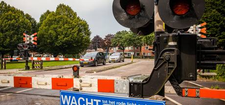 Blikseminslag stroomkast leidt tot storing spoorwegovergang Borne