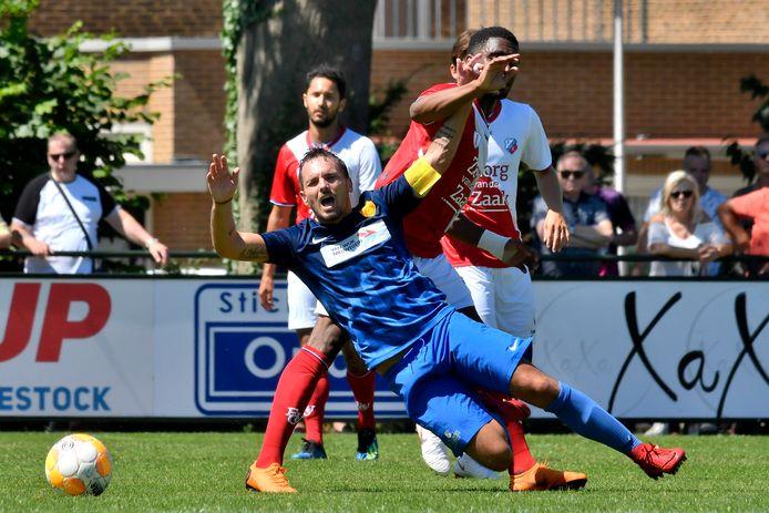 Rodney Sneijder in duel met Gyrano Kerk.