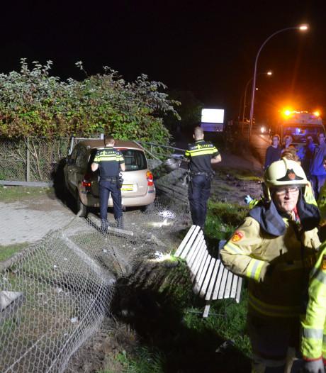 Automobilist ramt lantaarnpalen in Laren en komt in weiland tot stilstand