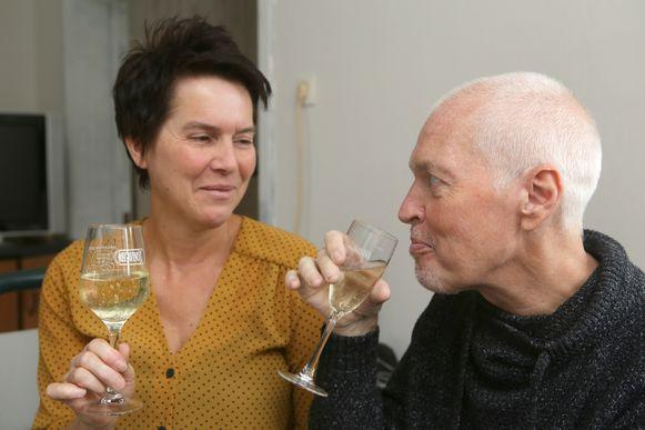 Samen met zijn vriendin Elly Van Doninck geniet Erwin Van Dessel van een glaasje