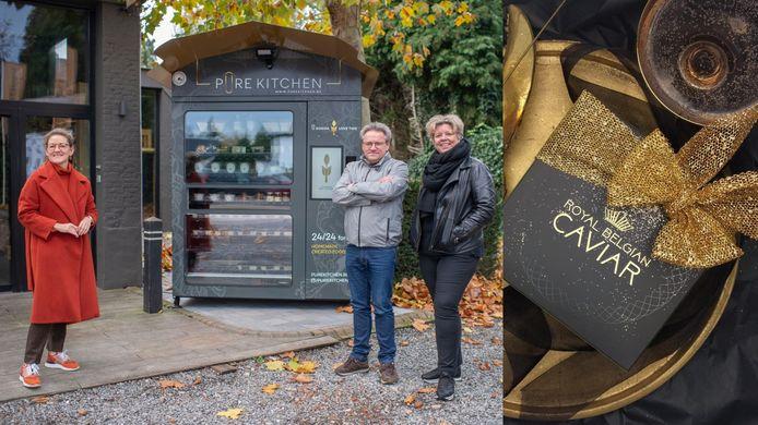 Sinds eind december bieden de automaten van pÛre Kitchen ook kaviaar in geschenkverpakking. Foodlover Katrien Coppens (links) met cateraarkoppel Christophe Verschuere en Ilse Delaere aan de automaat van pÛre Kitchen in Schilde