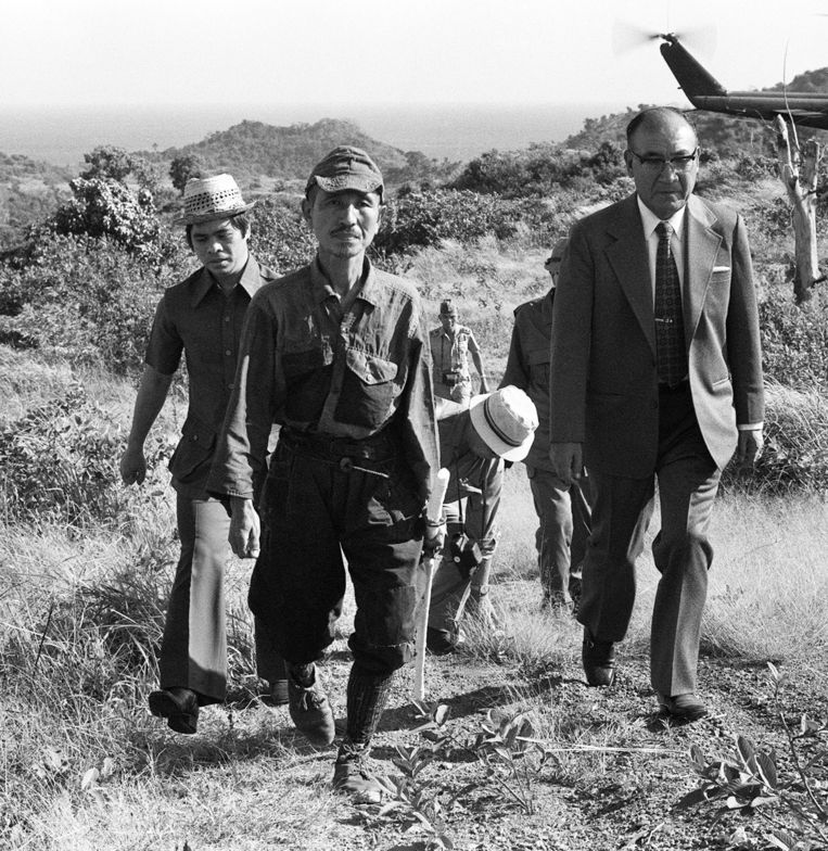 Op deze foto staat Hiroo Onoda (tweede van links), de Japanse soldaat die pas op 11 maart 1974 terugkeerde naar Japan van de Tweede Wereld Oorlog. Beeld afp