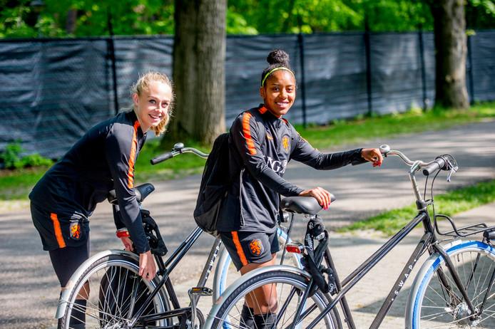 Ashleigh Weerden en Cheyenne van den Goorbergh op trainingskamp met Oranje in Zeist.  Foto: SCS/Michel Utrecht