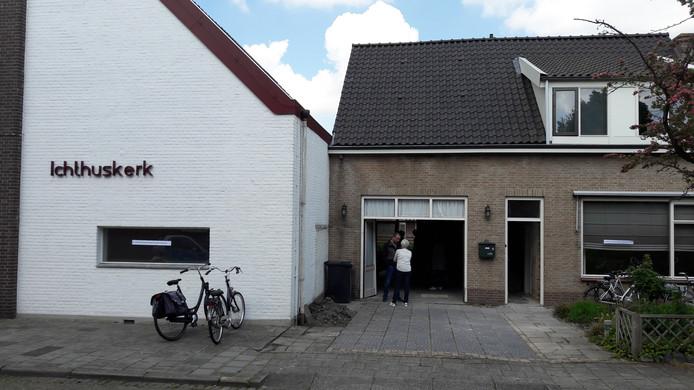 De garage van het naast de Ichthuskerk gelegen pand in Tholen-stad wordt bij de kerk getrokken. Het is de bedoeling om later nog eens naar achter uit te breiden en de verdieping op te knappen.