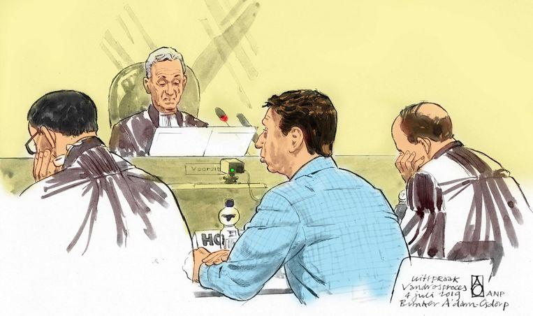 Rechtbanktekening (kleur) van Willem Holleeder en zijn advocaten Robert Malewizc en Sander Janssen tijdens de uitspraak in de zaak tegen de Amsterdamse topcrimineel. Beeld ANP Graphics