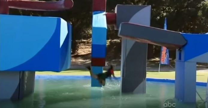 Een deelneemster aan de Amerikaanse versie van Wipeout valt in het water.