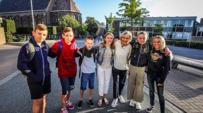 """Hilde Crevits bezoekt haar oude school: """"Ik had vlechtjes tijdens mijn eerste schooldag in het middelbaar"""""""