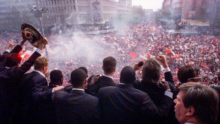 Feyenoord tijdens de huldiging in 1999 op een bomvolle Coolsingel. Beeld Hollandse Hoogte