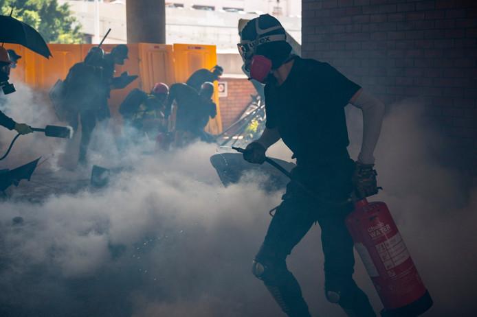 De politie zet traangas in tegen de demonstranten.