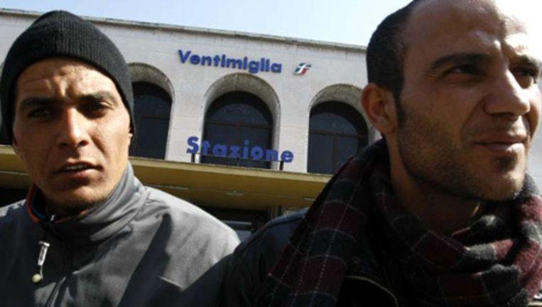 Twee Tunesische asielzoekers in het Italiaanse Ventimiglia. Foto: Reuters Beeld
