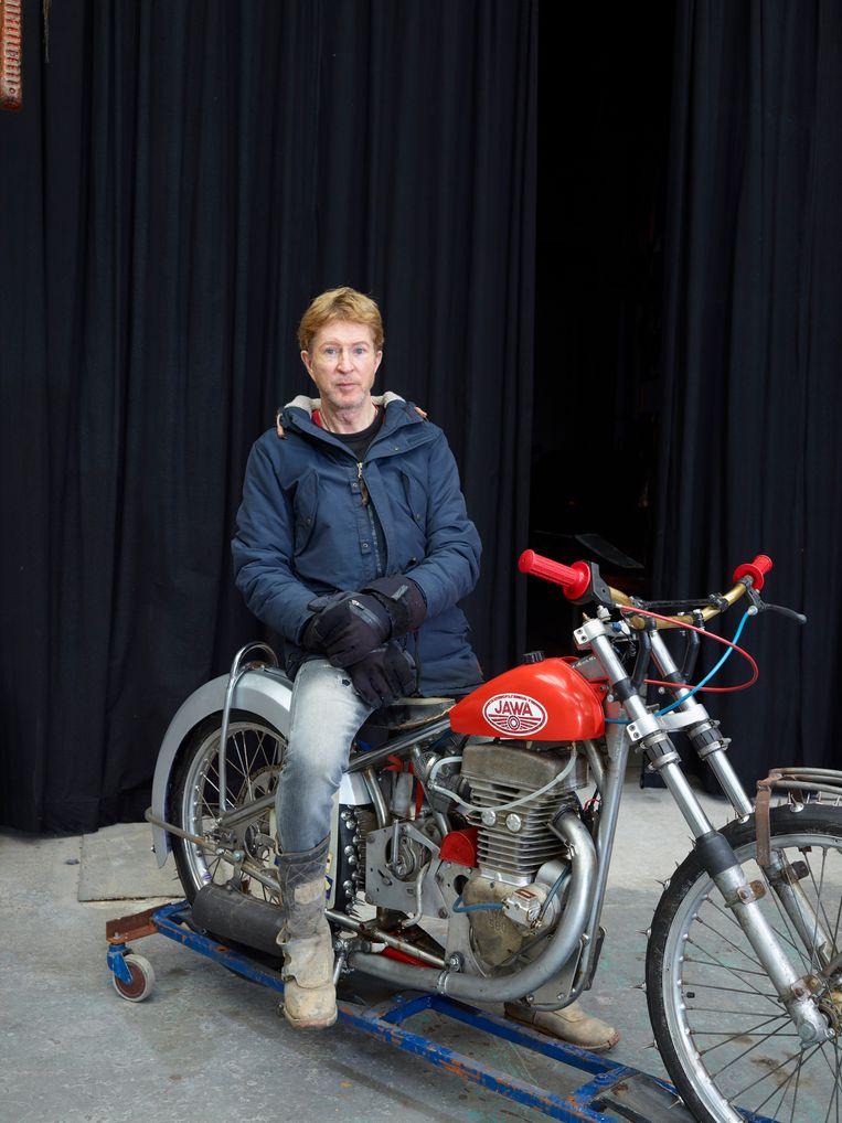Mellius Klijnstra op een motor die over ijs kan rijden. Beeld Henk Wildschut