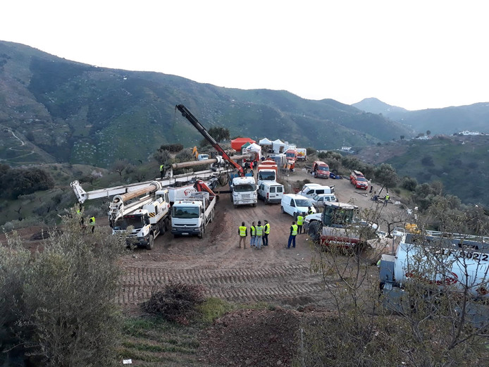 Zwaar boormaterieel wordt naar de plaats gebracht waar Julen vastzit. Deze foto is vrijgegeven door de brandweer van Malaga.