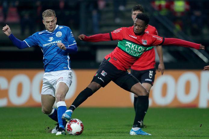 Jonathan Okita van NEC in duel om de bal met Luuk Brouwers van FC Den Bosch