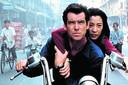 Pierce Brosnan en Michelle Yeoh vluchten op de motor in Tomorrow Never Dies.