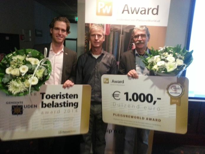 Wethouder Thijs Vonk (links) ontvangt de prijs.