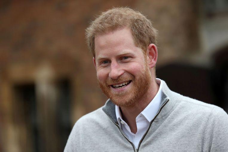 Een blije vader Harry deelt de pers mee dat zijn zoon is geboren, maar een naam had hij nog niet. Beeld AFP