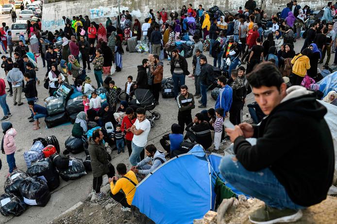 Migranten en vluchtelingen wachtend op vervoer van vluchtelingenkamp Moria op Lesbos naar Athene, eind november.