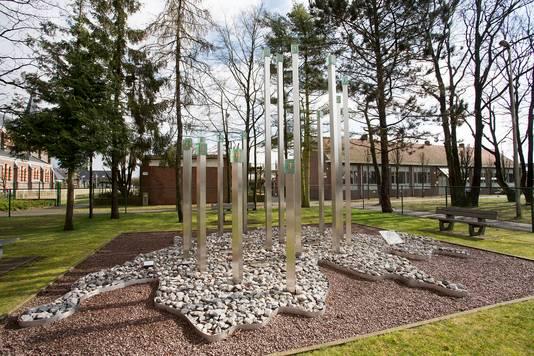 De gedenksteen ter nagedachtenis aan de verongelukte kinderen bij de school in Lommel