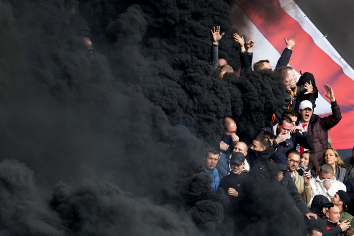 Rookbom in het Philips stadion.
