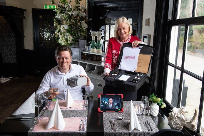 Jasper en Erna Hemersma van de Weijenborg met de koffer vol 'props' en de virtual reality-bril, die zij ook thuis kunnen afleveren voor een coronaproof teamuitje.