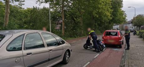 Scooterrijder vliegt bij botsing door achterruit van auto in Wageningen