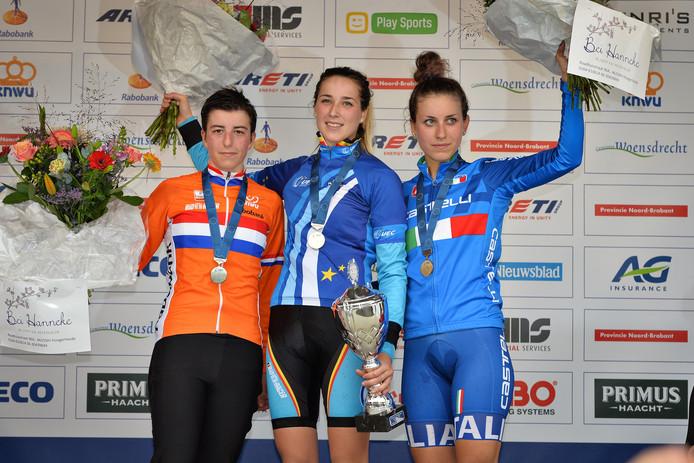 Het voor Maud Kaptheijns (links) gewraakte podium van het EK in Huijbergen. Femke Van den Driessche is het stralende middelpunt na een toen voor nummer twee Kaptheijns al ongeloofwaardige race.