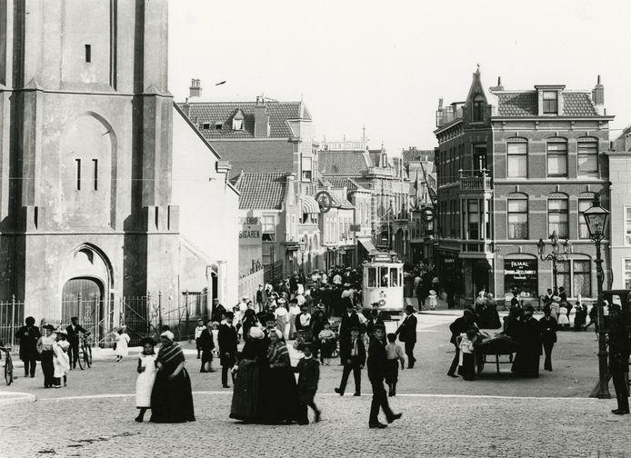 De Keizerstraat in 1910, links de Oude Kerk.