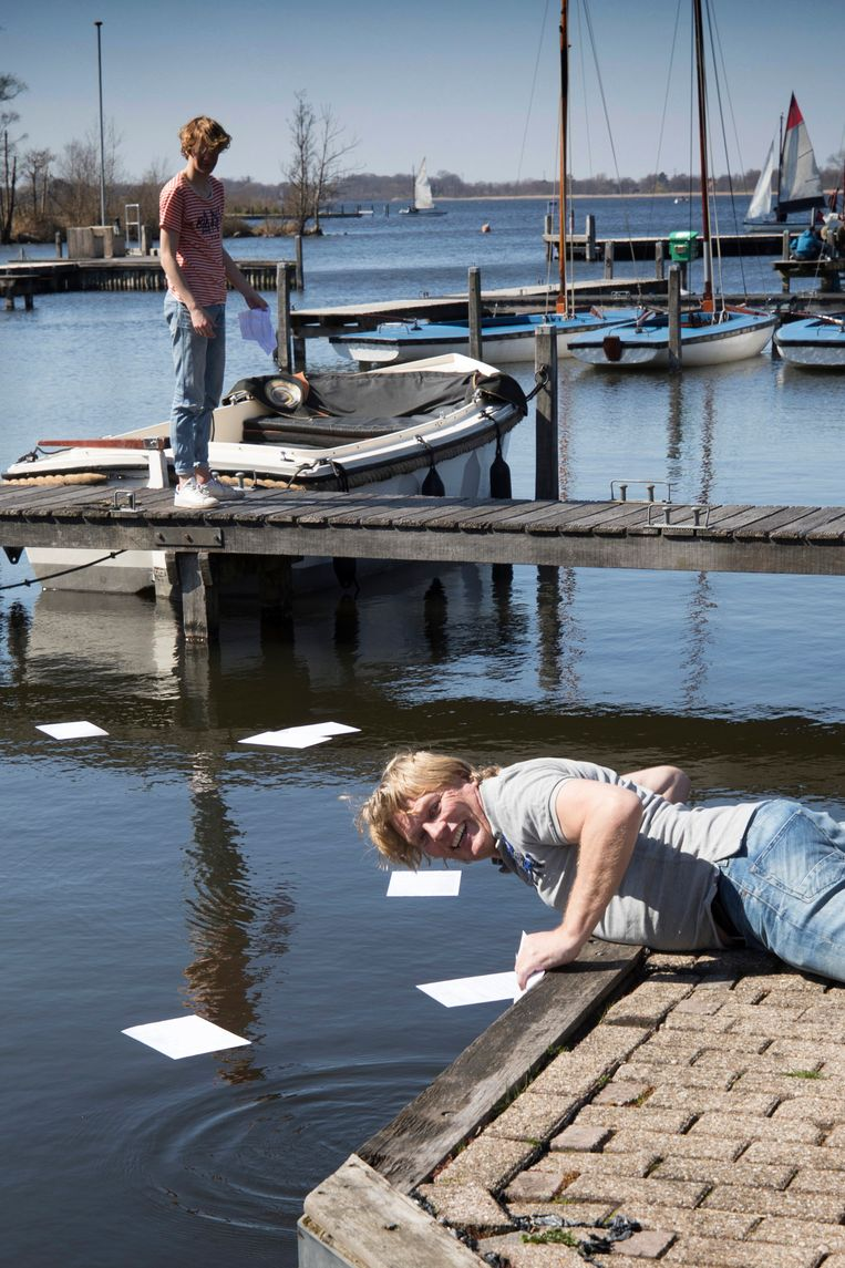 De boekhouding van Tim Emmelot verdwijnt na een windvlaag in het water. Beeld Werry Crone