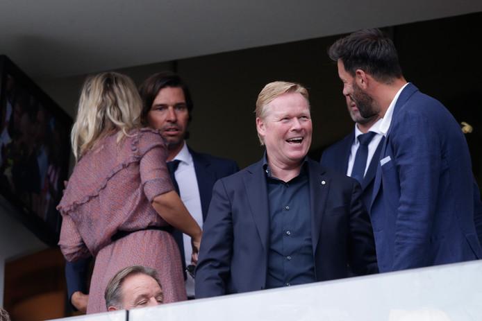 Bondscoach Ronald Koeman heeft een prettig gesprek met Ruud van Nistelrooy. PSV-manager John de Jong krijgt iets in zijn oor gefluisterd.